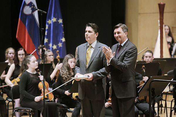 Predsednik države je Zvezi slovenskih glasbenih šol podelil srebrni red za zasluge pri utrjevanju glasbenega znanja in za razvoj slovenske glasbene kulture ob 200-letnici delovanja slovenskega javnega glasbenega šolstva. Foto: Urad predsednika RS