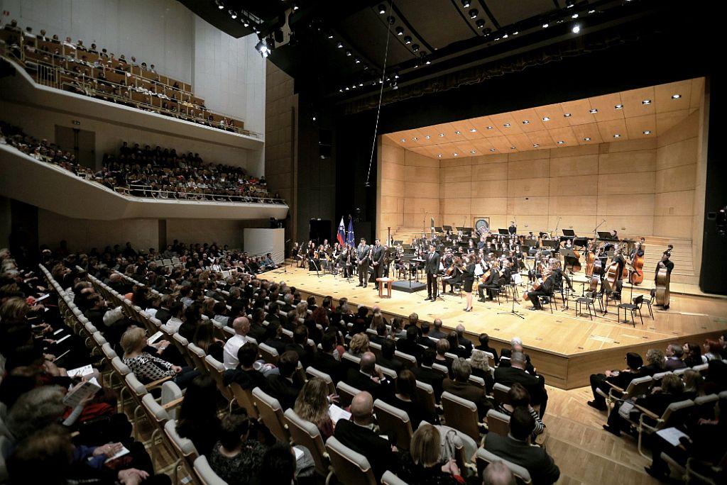 Na popoldanskem koncertu v Cankarjevem domu so pod vodstvom Simona Krečiča nastopili 90-članski združeni orkester slovenskih glasbenih šol, 65-članski združeni orkester konservatorijev za glasbo in umetniških gimnazij ter Orkester Akademije za glasbo v Ljubljani. Foto: Urad predsednika RS